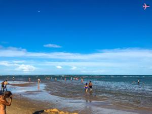 uma das praias mais movimentadas de arraial